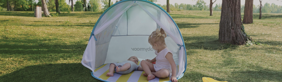 children laying in babymoov anti-uv tent