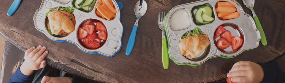 Children eating lunch with Innobaby stainless plate